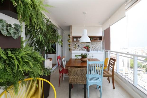 a-arquiteta-duda-senna-criou-uma-varanda-descontraida-para-a-cliente-que-adora-receber-os-amigos-em-casa-e-gosta-de-jardinagem-o-ambiente-de-lazer-e-decorado-com-jardim-vertical-e-1435855032345_75